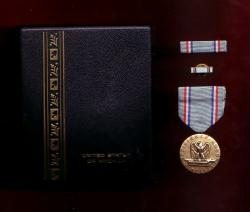 USAF Air Force Good Conduct medal with ribbon bar and lapel pin in case